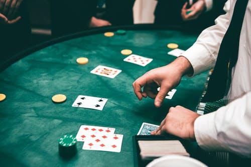 Différence entre le casino en direct et le casino en ligne